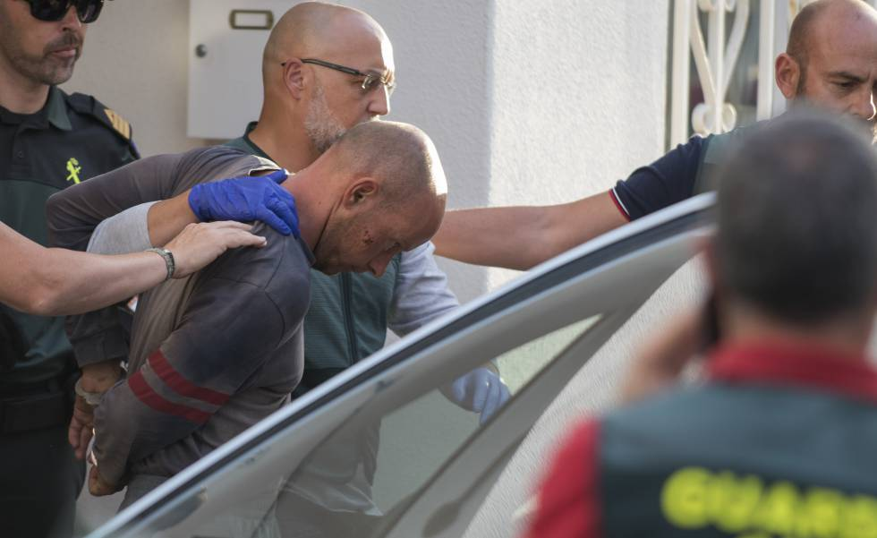 Thomas Handrick sale esposado de su vivienda en Adeje, Tenerife.