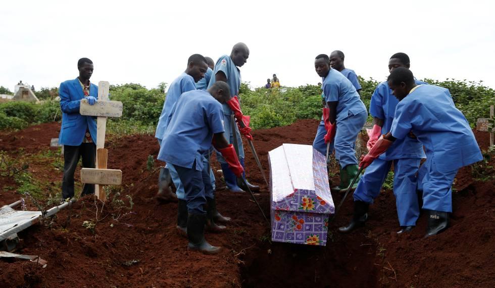 Trabajadores de Cruz Roja, el 28 de marzo durante el entierro de una mujer que murió por ébola en Butembo (República Democrática del Congo)