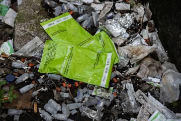 Abajo, restos de envases de medicamentos y drogas en la Casa Velha, a las afueras de Oporto. Arriba, el laboratorio de test de drogas de Apdes, donde los usuarios pueden comprobar las sustancias que toman.