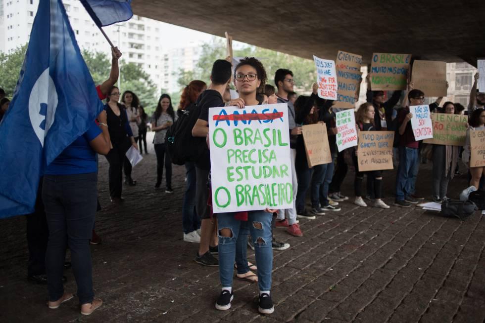 Bolsonaro Ataca La Universidad Pública La Ciencia Y El