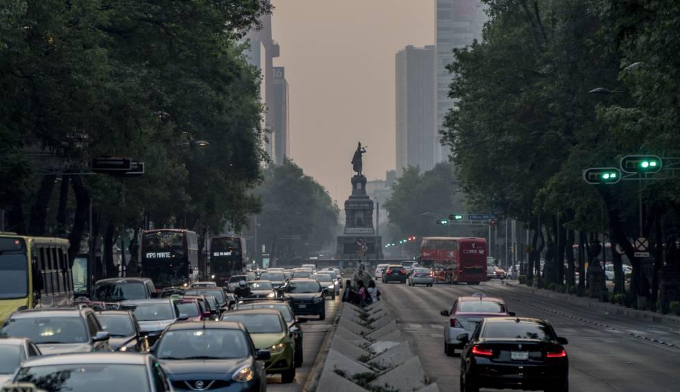 El Paseo de la Reforma, bajo la contaminación de este lunes.