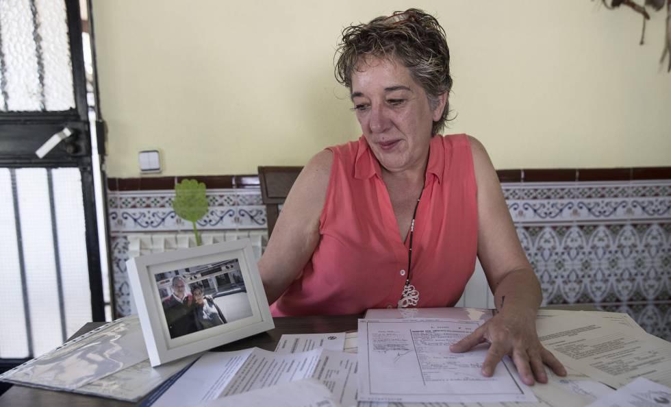 Cristina García posa con una foto junto a su hermano, este jueves en su casa, en Cadalso de los Vidrios (Madrid).