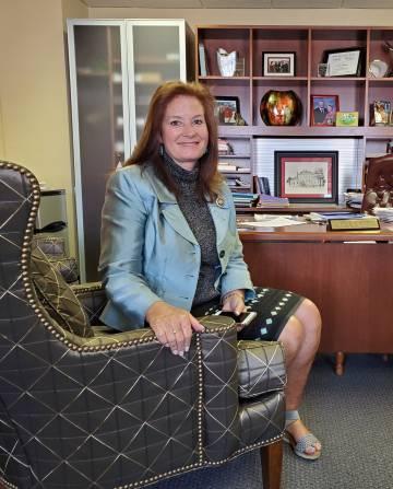 A republicana Terri Collins em seu escritório da Câmara na quinta-feira.