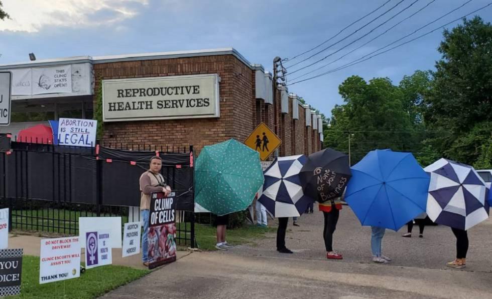Ativistas do grupo PowerHouse cobrem com guarda-chuvas a entrada da clínica de Serviços Reprodutivos, na passada sexta-feira, em Montgomery (Alabama).