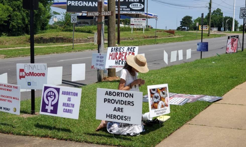 Jeanne Paxon, rezando el pasado viernes ante el Centro de Servicios Sanitarios Reproductivos de Montgomery (Alabama).