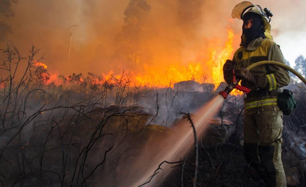 Incendio forestal en Rianxo (A Coruña) en marzo.