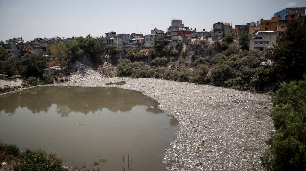 Una playa de plásticos y basura en la presa Becerra en Ciudad de México.