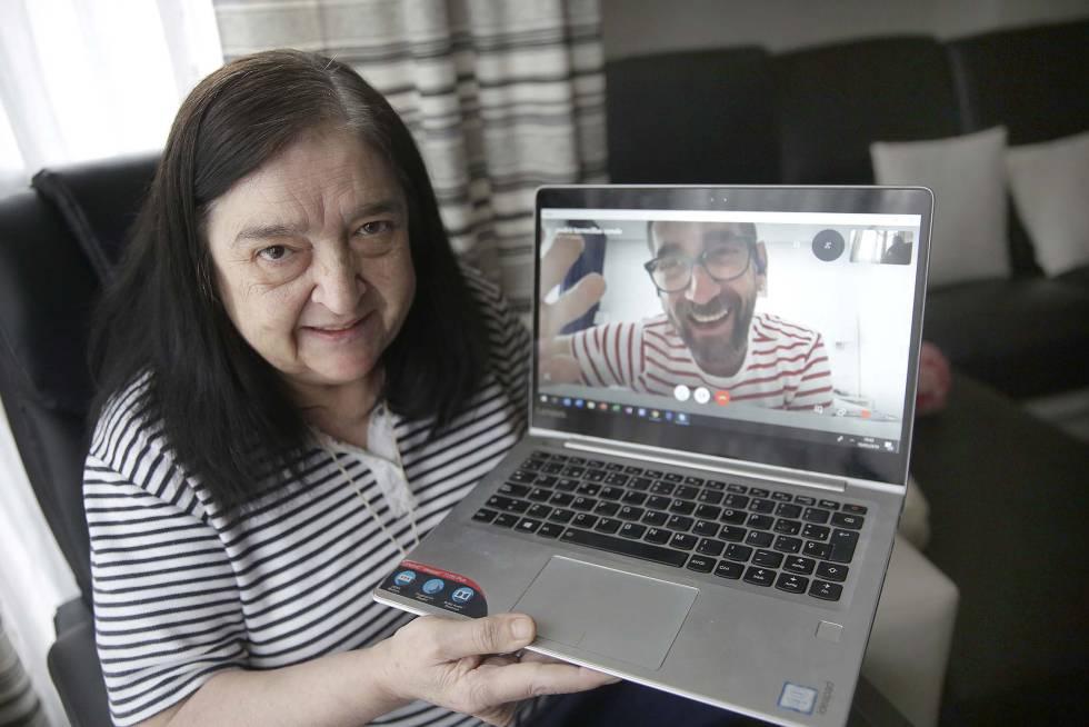Begoña muestra a Pedro, voluntario que le hace compañía, durante una conversación vía Skype.