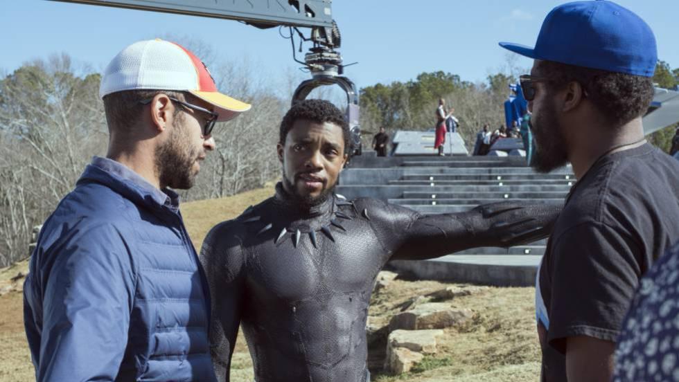 Chadwick Boseman (centro) nas rodagens de 'Pantera Negra', um dos filmes da Marvel rodados na Geórgia. Em vídeo, declarações do CEO da Disney, Bob Iger (em inglês).
