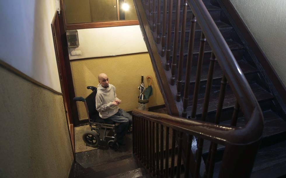 Josu Cifuentes, en silla de ruedas en el rellano del tercer piso de su casa en Bergara (Gipuzkoa)