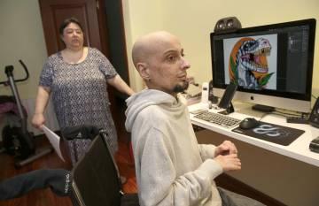 Josu muestra, en presencia de su madre, uno de sus diseños por ordenador.