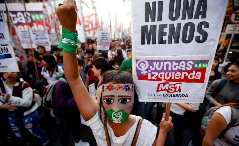 Una joven sostiene una pancarta durante la marcha Ni Una Menos en Buenos Aires.