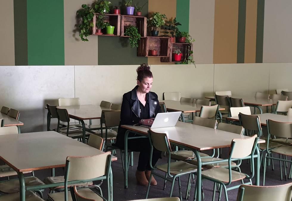 Cristina Romero en el comedor de un colegio.