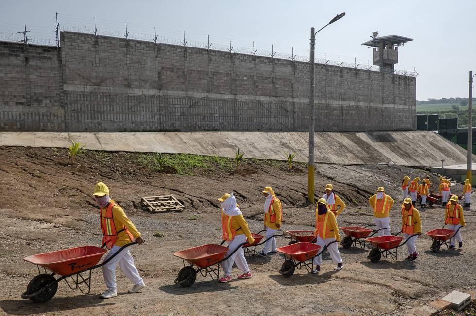 Interior del penal para mujeres de Izalco. Las presas ayudan en la finalización de las obras de la cárcel. Imagen tomada el pasado mayo. ©