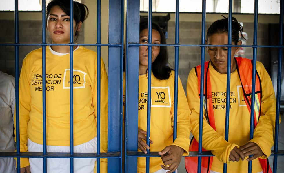 Tres presas en el penal de Izalco (El Salvador), a mediados del pasado mayo.