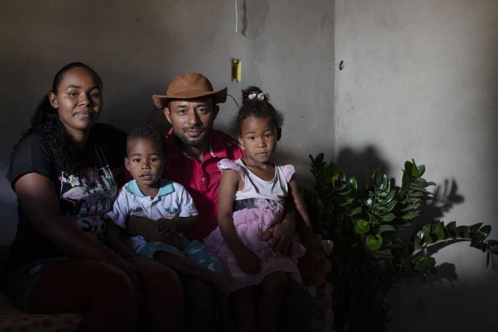 Jossone Lopes Leite y su esposa, Diuvanice, con sus hijos frente a su casa. Su comunidad litiga hace años con una empresa agrícola por la posesión de las tierras que habitan hace generaciones.