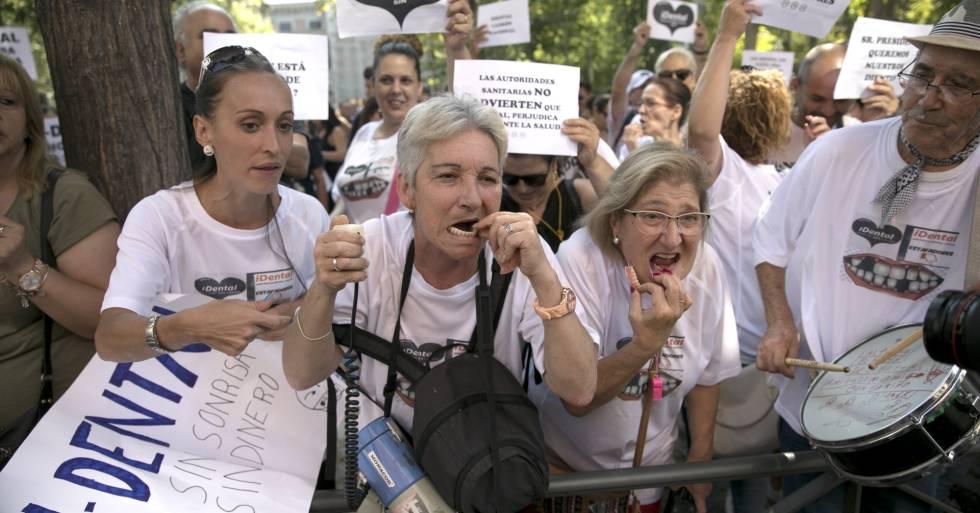Afectados por el cierre de clinicas dentales IDental, en una manifestación en junio de 2018.