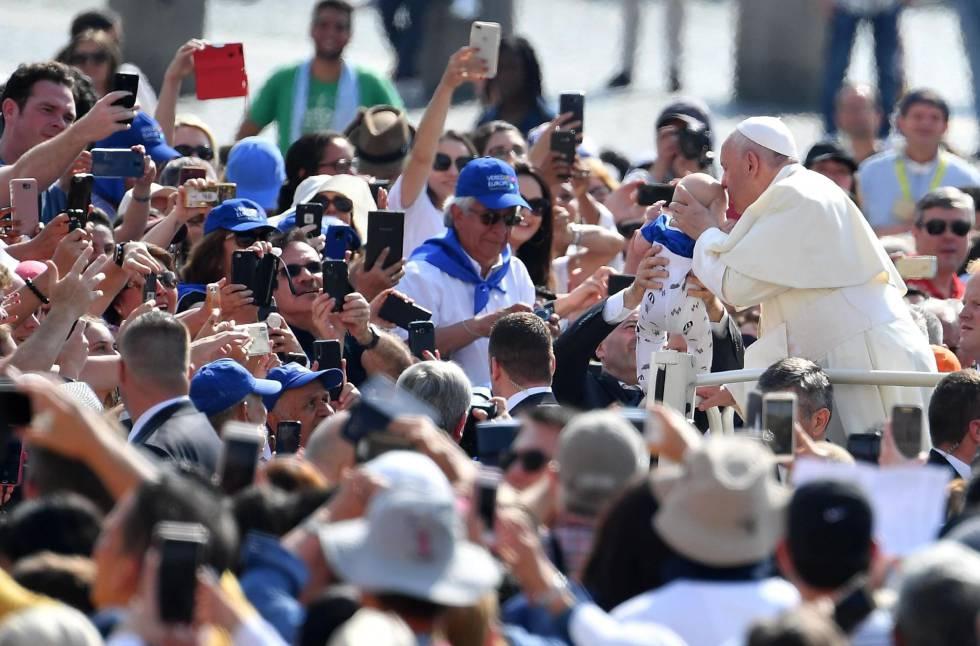 Papa Francisco beija um bebê na última quarta-feira.