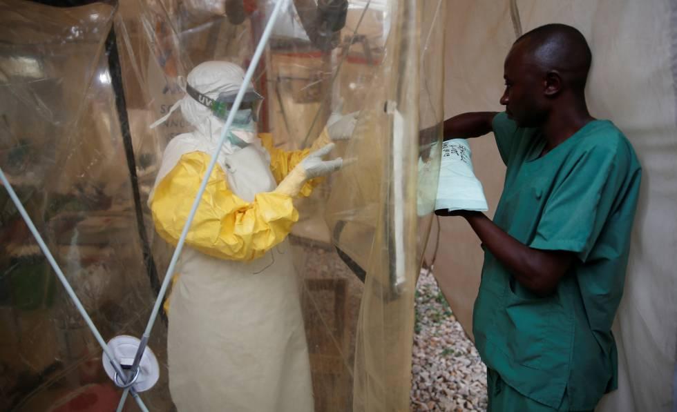 Trabajadores en un centro de tratamiento del ébola en Beni (República Democrática del Congo), en marzo.