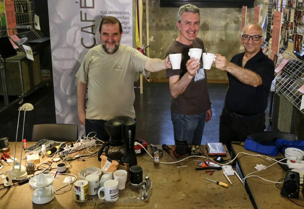 De izquierda a derecha, Javier Vázquez, encargado de la comunicación de Repair Café MediaLab-Prado (Madrid); José Ramón Martín, un reparador voluntario, y José Manuel Gutiérrez, otro reparador habitual de este proyecto, mientras comparten un café.