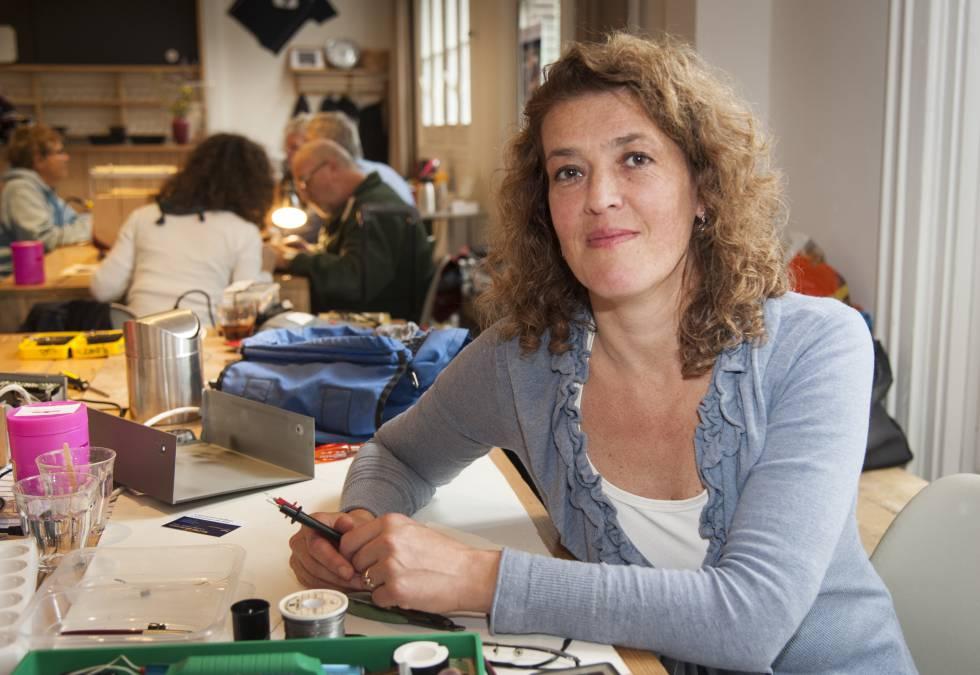 La holandesa Martine Postma reside en Ámsterdam, donde hace una década abrió el primer Repair Café para luchar contra la obsolescencia programada.