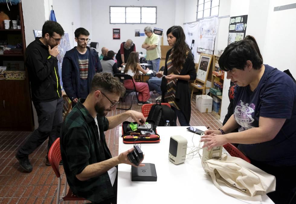 Víctor González, el organizador del Repair Café de Asturias, prepara las herramientas para arreglar unos altavoces en la asociación Casa de Iniciativas Suañu, en Gijón.