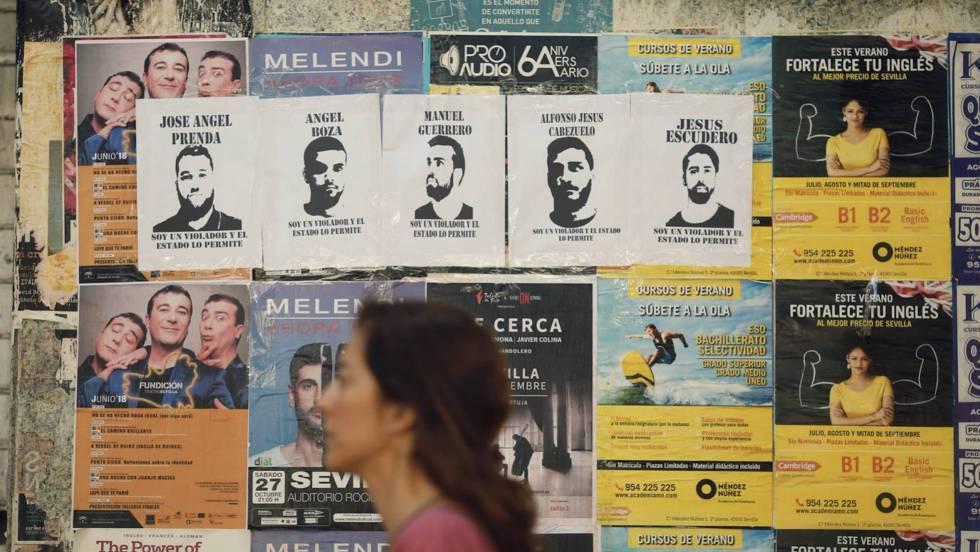 Carteles contra La Manada en una calle de Sevilla a los pocos días de ser puestos en libertad condicional.