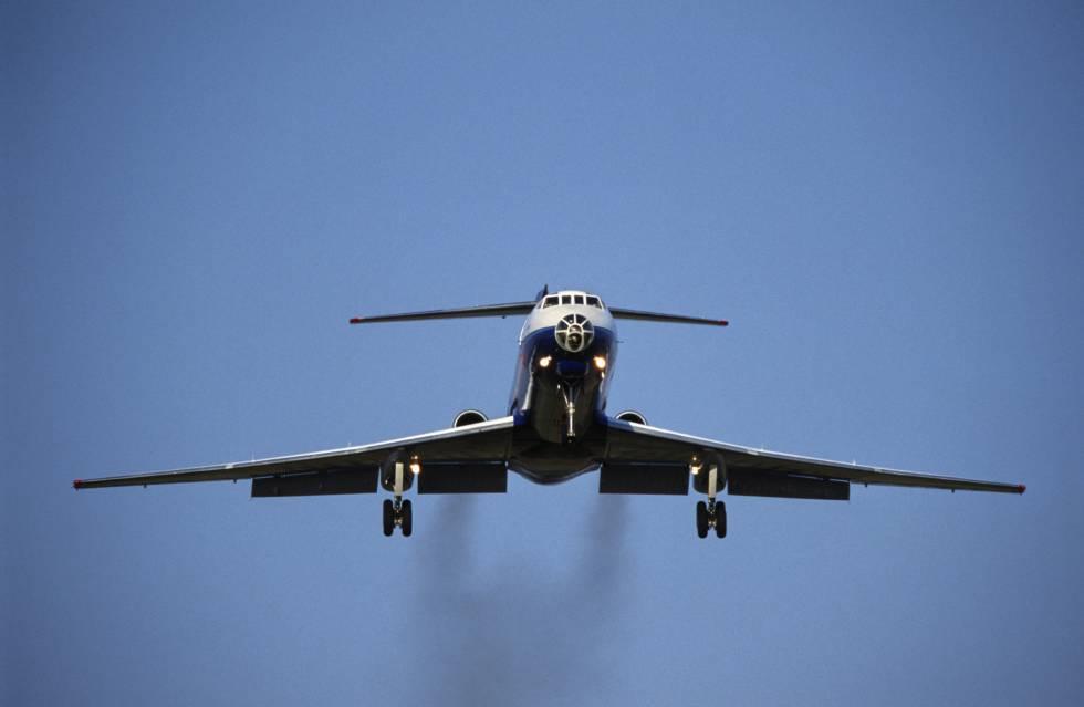 Rastro de contaminación que deja un avión al aterrizar.