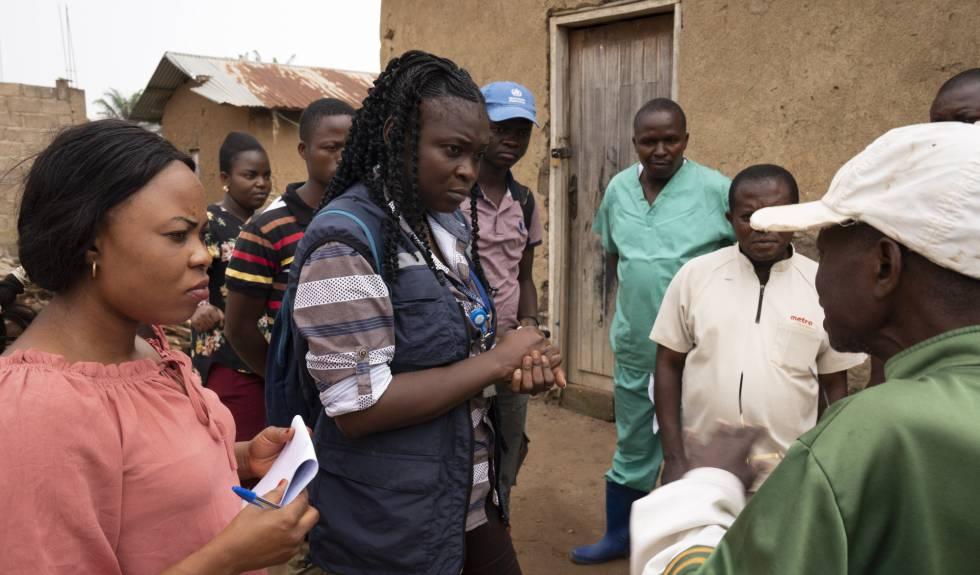 Un equipo de la OMS habla con vecinos en el distrito sanitario de Tamende (República Democrática del Congo).