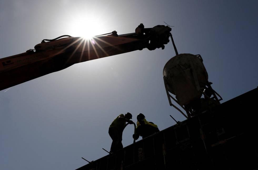 Un grupo de obreros trabajaban la semana pasada en Pamplona, donde se superaron los 42º.