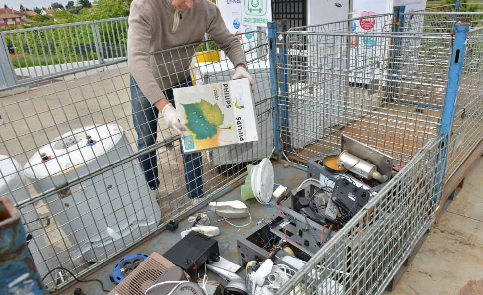 Un operario en Caluire-et-Cuire (Francia) durante una recogida de residuos.