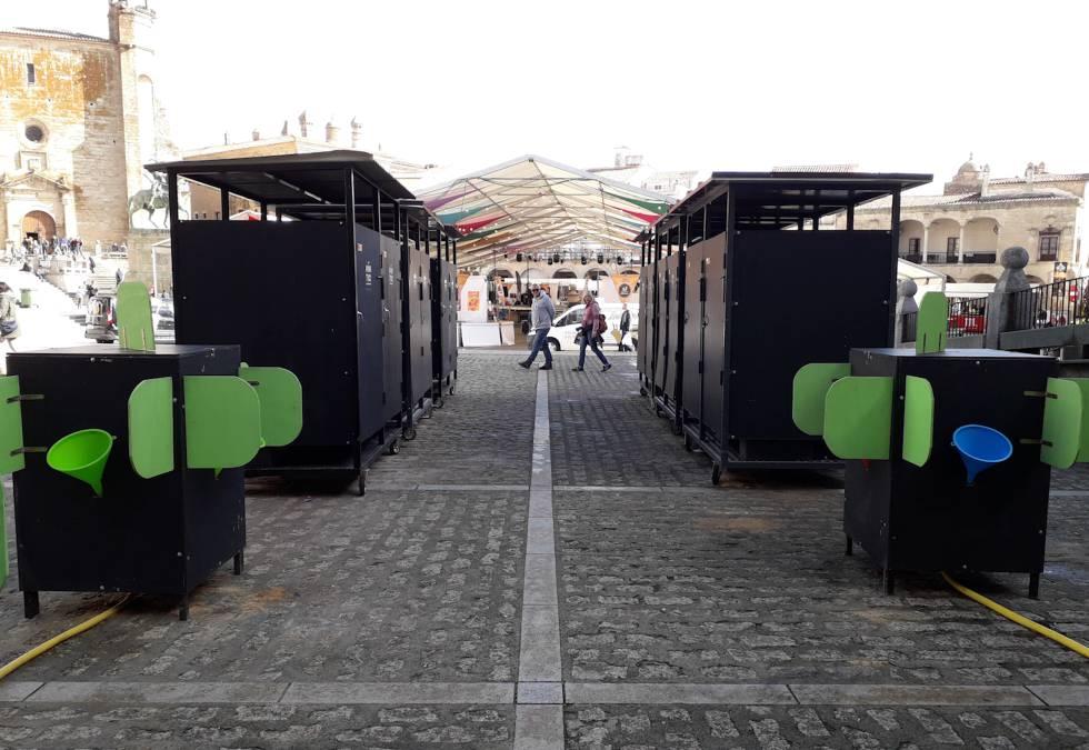 Cabinas y urinarios de Nantic colocados en el exterior de un evento.