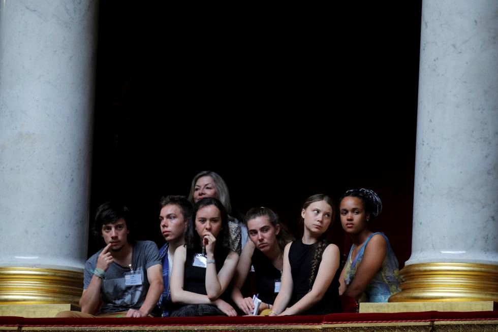 Greta Thunberg (la segunda por la derecha) junto a un grupo de jóvenes activistas medioambientales en la Asamblea Nacional de París.