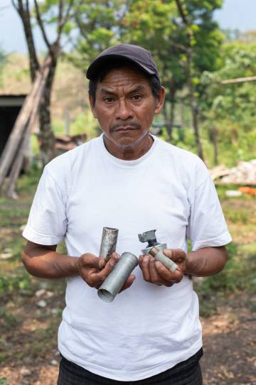 Joel Raymundo sostiene unos cartuchos de gas lacrimógeno utilizados por la policía.