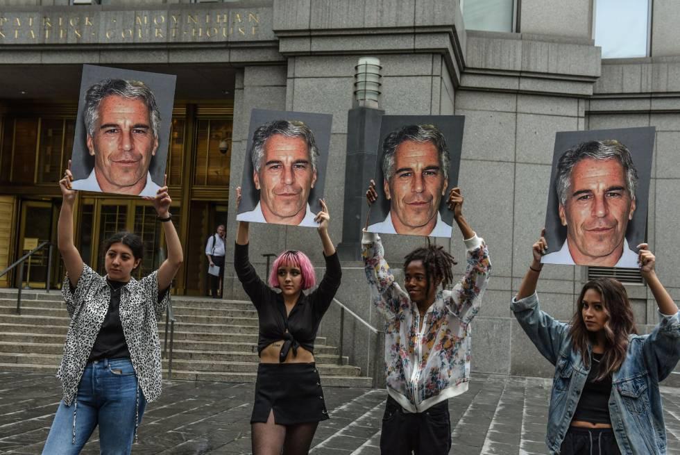 Cuatro mujeres muestran una foto de Epstein el pasado julio en la Corte Federal de Nueva York.