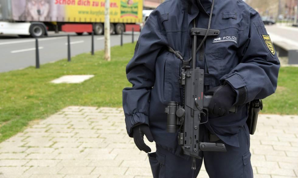 Un agente de la policía alemana realiza labores de vigilancia en Mannheim el pasado marzo.
