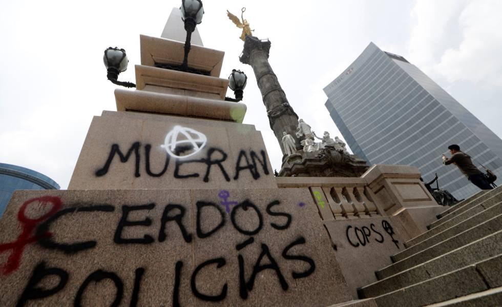 El Ángel de la Independencia, en Ciudad de México, con pintadas.