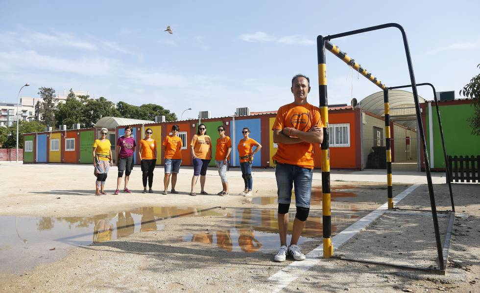 Juan Carlos Ponce, presidente del Ampa del colegio Ciutat de Cremona de Alaquàs (Valencia), formado por barracones, con varias madres de alumnos.