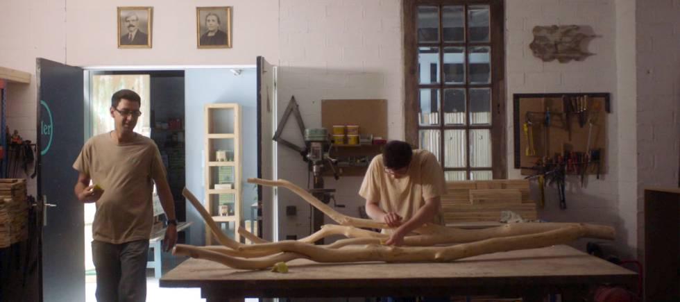 Roger y Enrique trabajando en el taller.