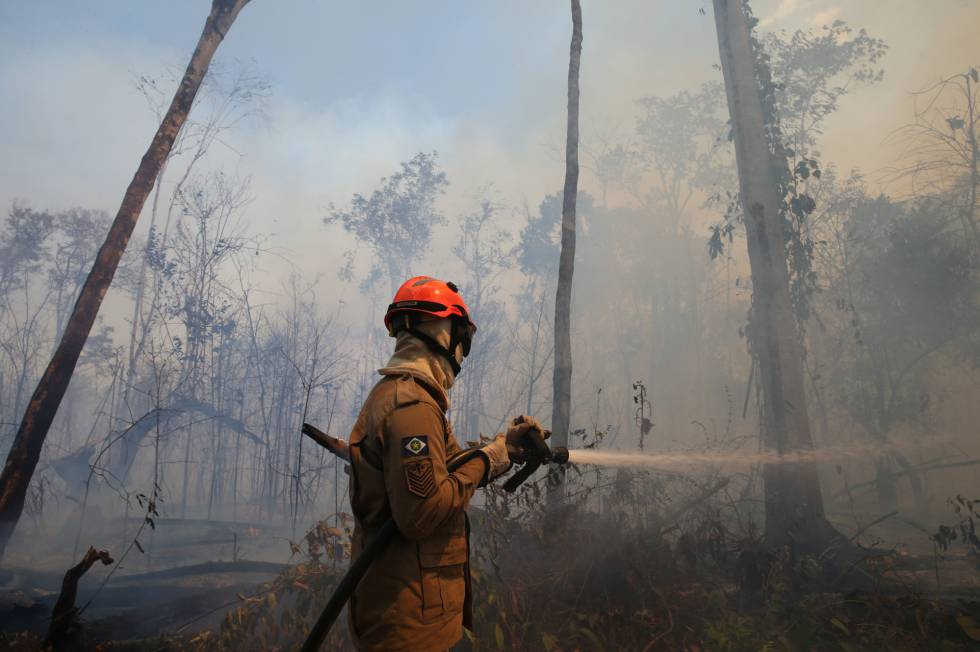 Un bombero apaga un fuego en Mato Grosso, Brasil, este miércoles.