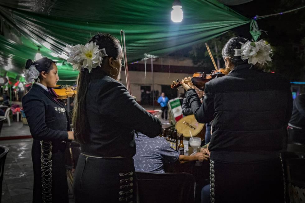 Tres mujeres mariachi tocan en la Plaza Garibaldi.