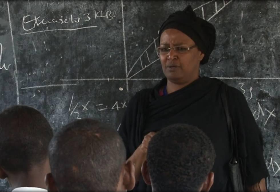Asha impartiendo clase.