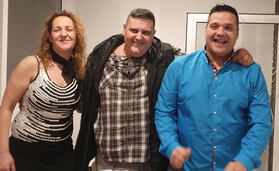 En la imagen Susana Cortes con sus hermanos francisco y Daniel Cortes, en la noche de Navidad 2018 en una foto cedida por la familia