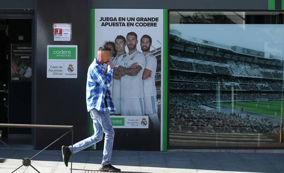 Un joven pasa por la puerta de un local de apuestas, este viernes en Madrid.