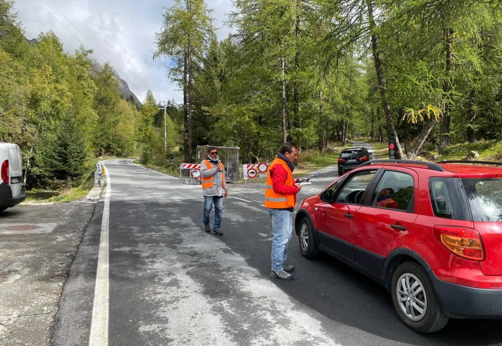 Control en la carretera de acceso a la Val Ferret, cortada por riesgo de desprendimiento.