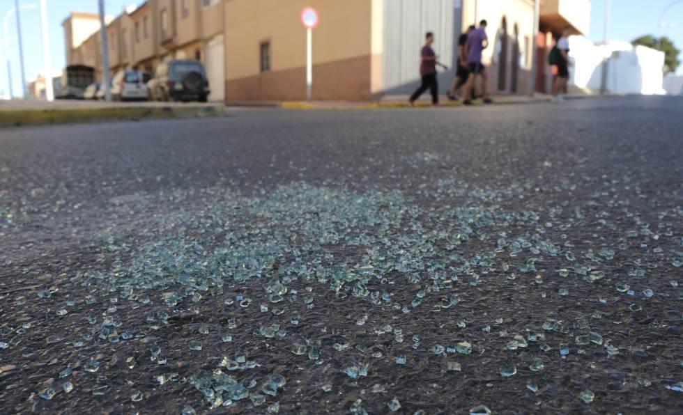Cristales rotos del coche de la madre del niño asesinado en El Ejido (Almería).