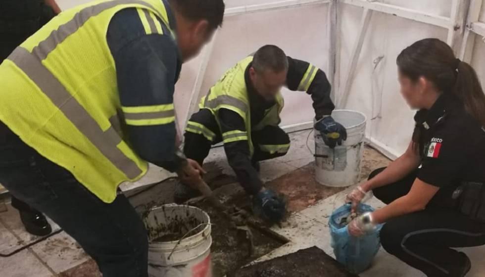 Agentes encuentran cocaína en el drenaje del aeropuerto de Ciudad de México.