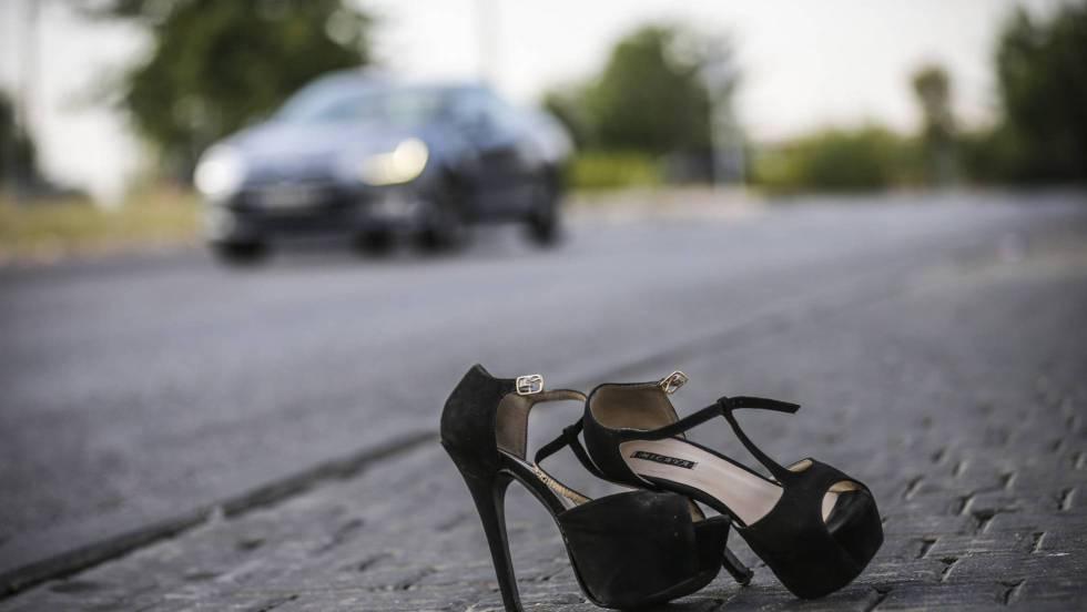 Los zapatos de una prostituta en el polígono de Marconi de Madrid.