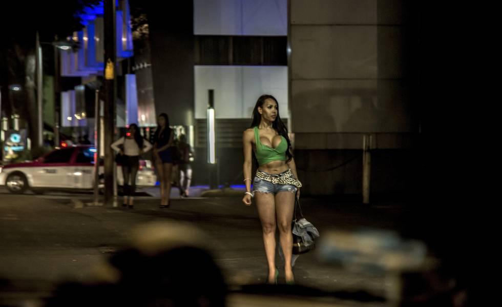 Una mujer transexual se prostituye en la calzada de Tlalpan, en la Ciudad de México.