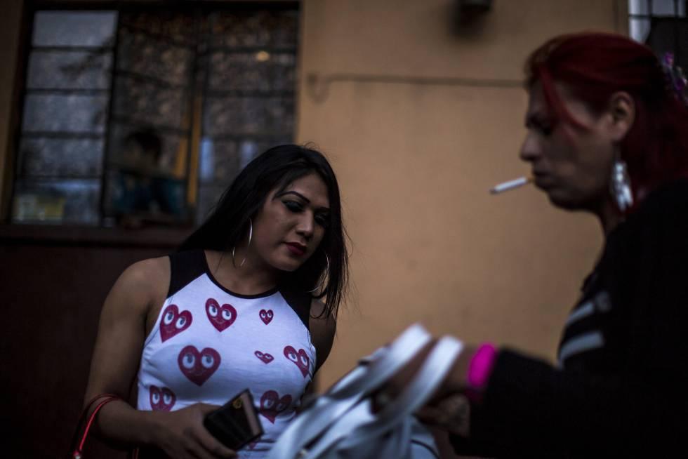 Jóvenes transexuales que laboran ejerciendo la prostitución sobre la avenida Puente de Alvarado, en la capital mexicana.